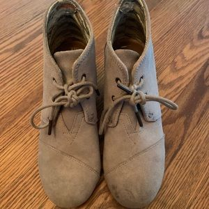 Tom's Desert Wedge Suede Lace-Up in taupe